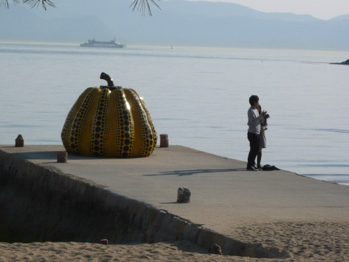 Pumikin in Naoshima (Creative Commons BY NC ND André Ourednik, 2009)